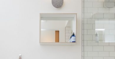 estantes de baño con espejo